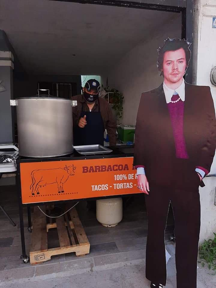 Harry Styles vende barbacoa en Escobedo.