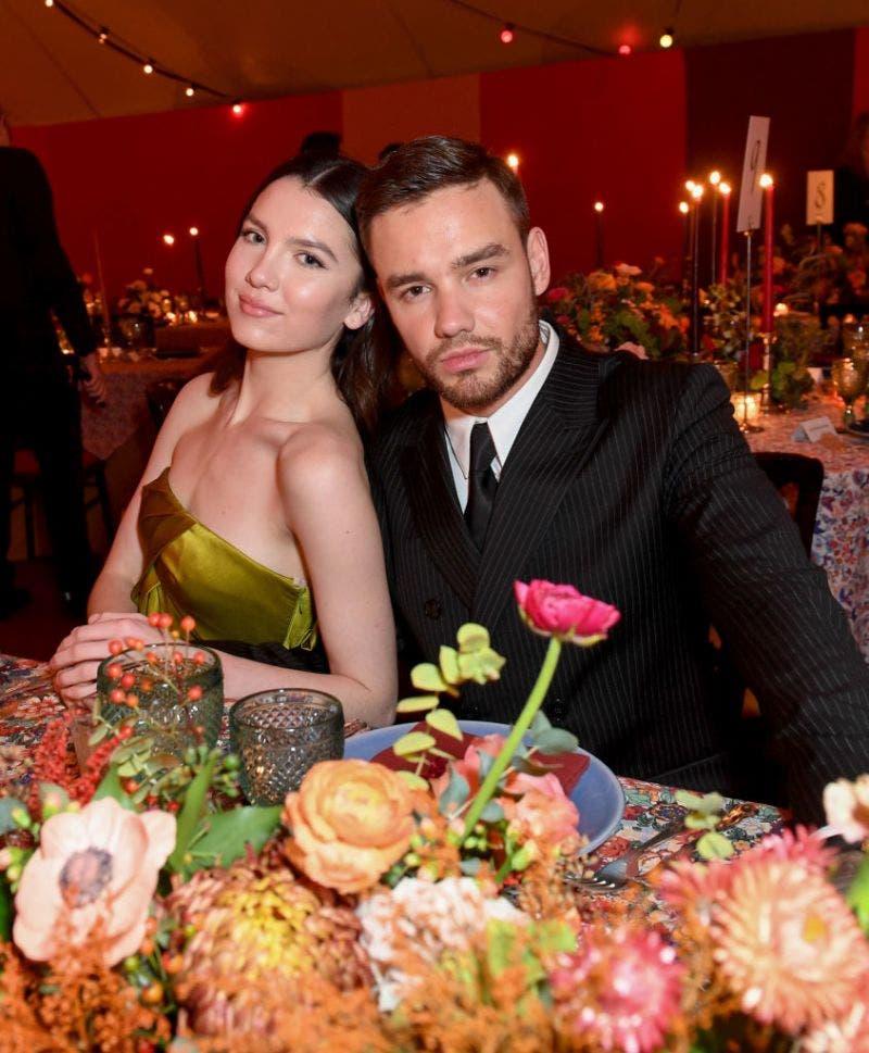 Liam y Maya disfrutando de una cena juntos.